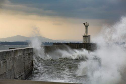 台風の荒波を表現した写真