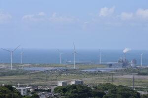 空と風車と海の風景写真