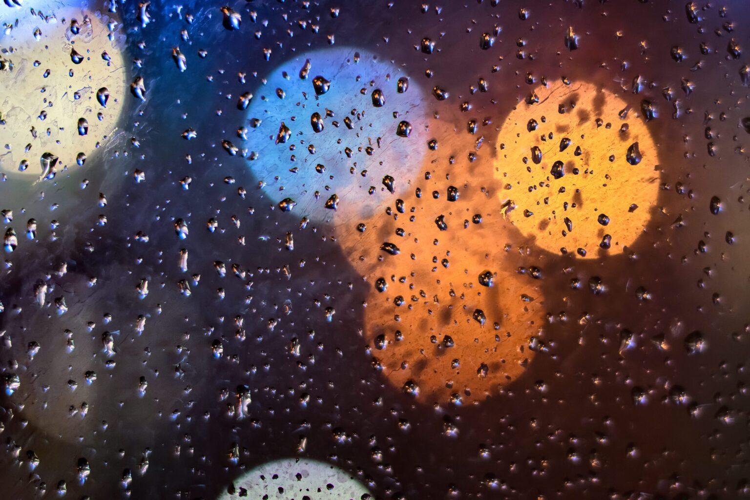 窓に雨が降っている写真