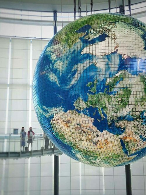 地球儀を使った地球温暖化説明
