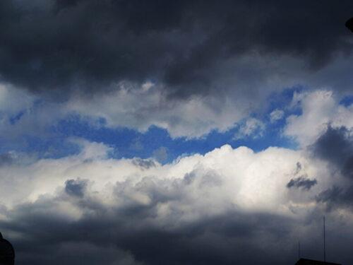 雨雲と青空