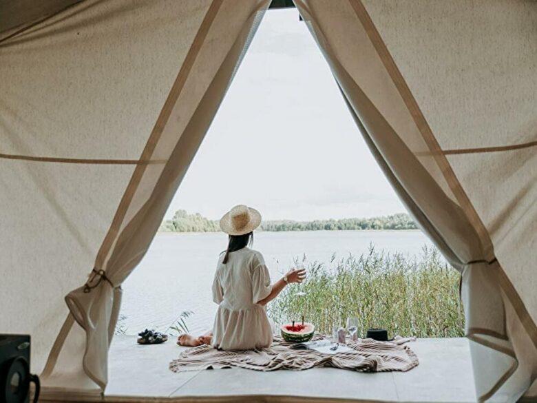 テントとキャンプ風景