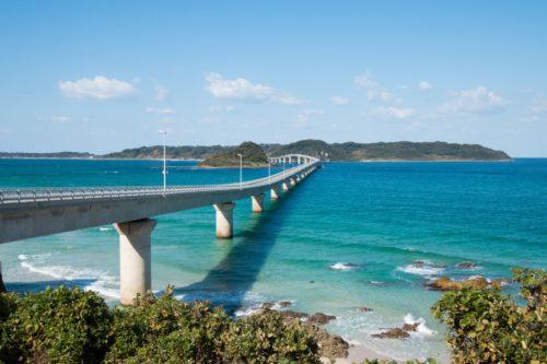 角島大橋と青い海の風景写真