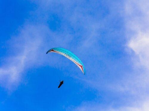 気流に乗るハングライダー