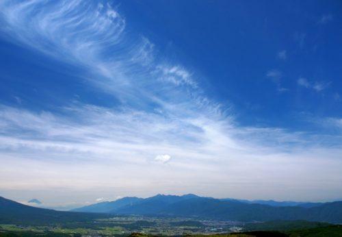 山梨県霧ケ峰、山と山麓の町
