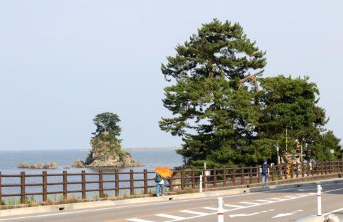 観光名所 雨晴海岸の女岩と義経岩