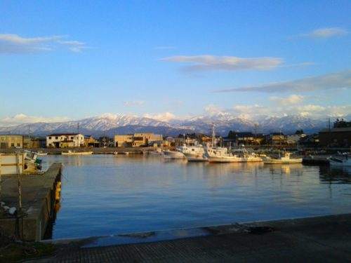 小さな港と立山連峰