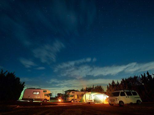 冬の星空の下でオートキャンプをする