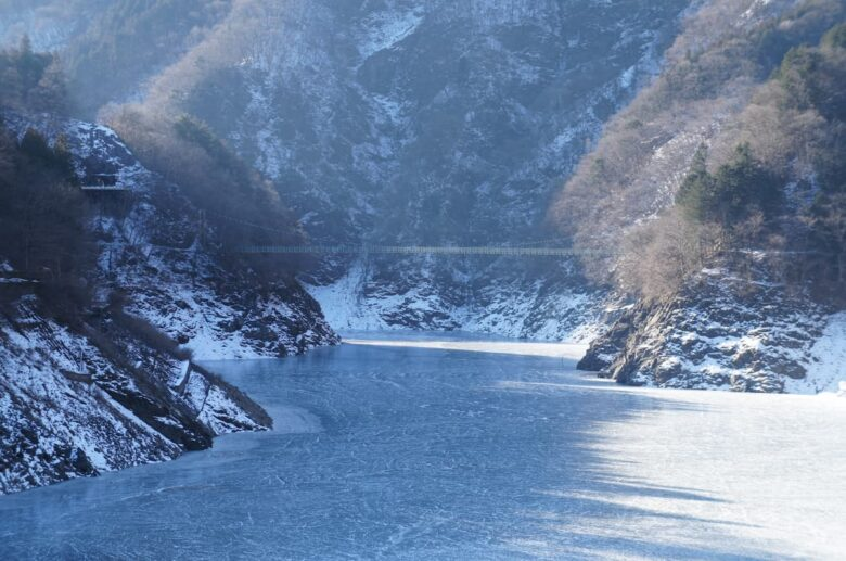 冬の凍った秩父湖