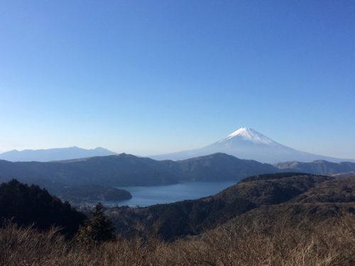 雪の積もる富士山と芦ノ湖