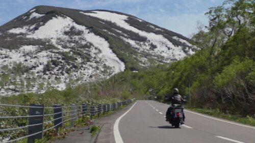 ニセコ残雪を臨むバイク