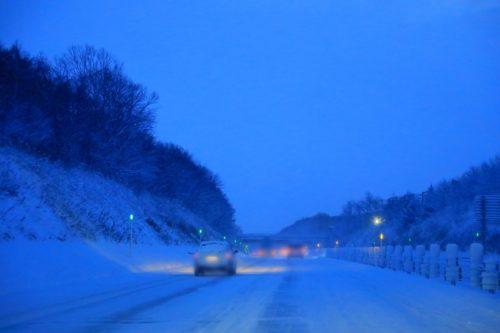 冬の高速道路 夜明け前