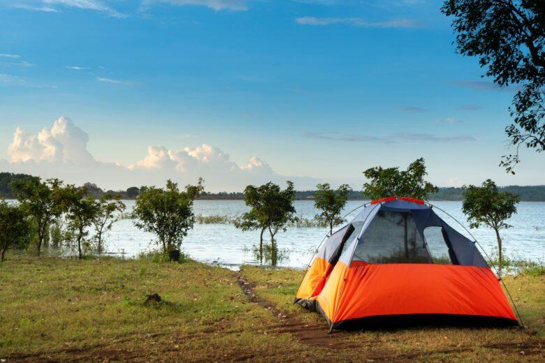 湖畔キャンプのテント