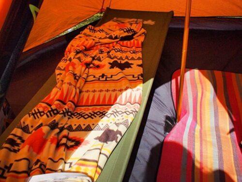 キャンプテントの中寝袋毛布