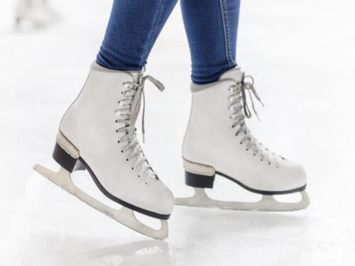 アイススケート、スケート靴を履いて滑っている