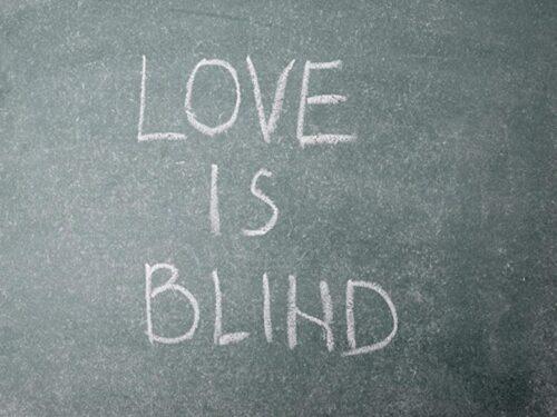 チョーク文字 愛は盲目 ブロック体