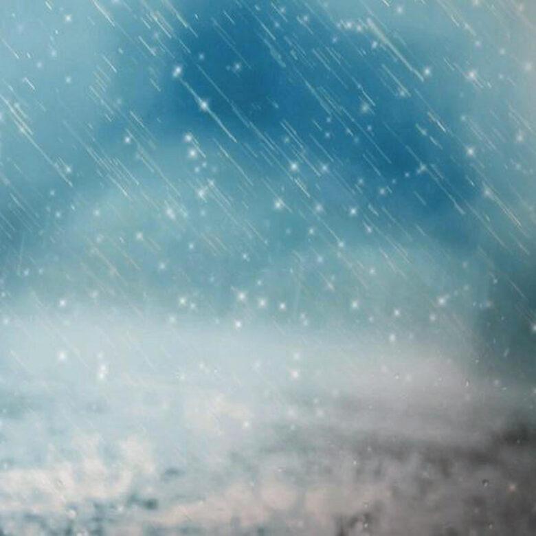 天気とアウトドア記事用雪が降っている様子の写真