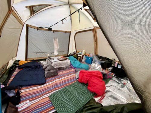 キャンプテント内