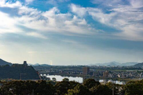 国宝犬山城と木曽川と街並